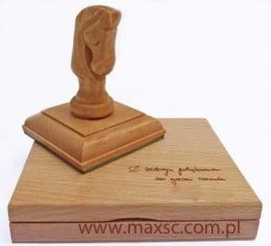 Poduszka drewniana z dedykacją w komplecie z kołkiem rzexbionym - koń szachowy