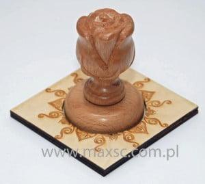Podstawka stempla drewnianego z rzeźbionym stemplem